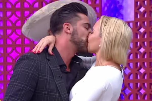 """¡Que siempre sí! Michelle Vieth y """"El Potro"""" confirman romance con tremendo beso: VIDEO"""