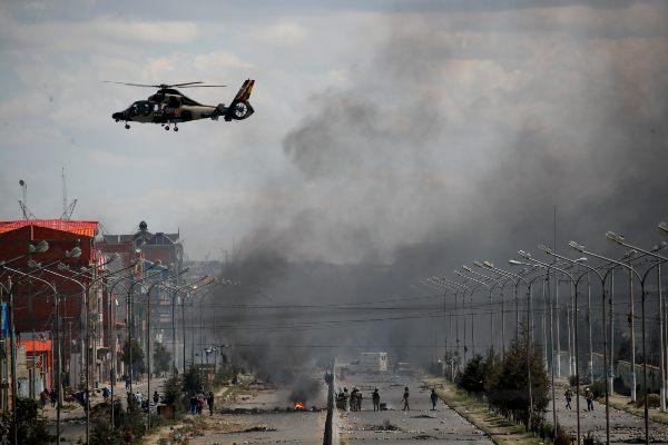 FUERZA. Militares chocaron con manifestantes para abrir el camino. Foto: AP