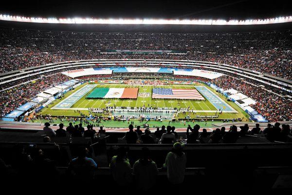 PLETÓRICO. El Estadio Azteca registró una entrada de más de 76 mil aficionados. Foto: AP