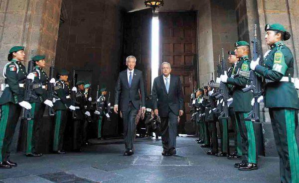 RECIBIMIENTO. El presidente López Obrador recibió en visita oficial al premier de Singapur, Lee Hsien Loong, y a su esposa, Ho Ching. Foto: Especial.