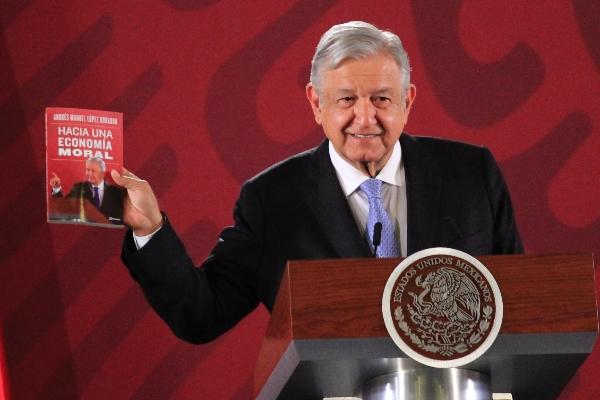 Andrés Manuel López Obrador, presidente de México, durante la conferencia matutina diaria en el Palacio Nacional. En la imagen el presidente mostró su más reciente libro Hacía una economía Moral.  FOTO: ANDREA MURCIA /CUARTOSCURO.COM