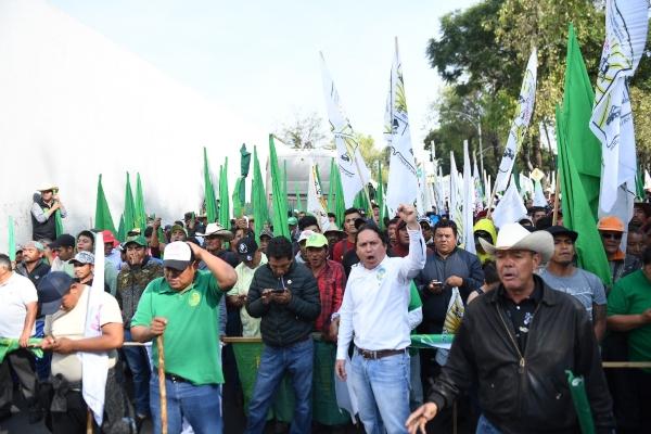 Campesinos mantienen bloqueadas las entradas de la Cámara de Diputados . Foto: Leslie Pérez