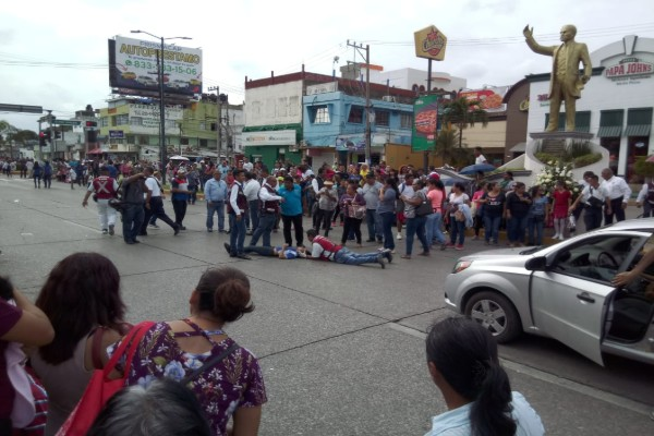 piramide_humana_lesionados_preparatoria_desfile_revolucion_mexicana