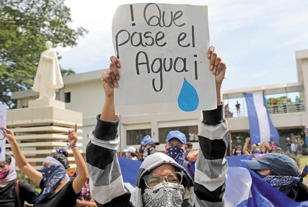 APOYO. Estudiantes respaldan la huelga de las madres de presos políticos. Foto: AFP