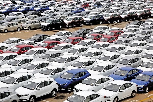 CAUSAS. La menor demanda de unidades se ve afectada por la caída en la creación de empleos formales. Foto: REUTERS