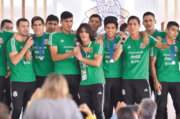 CANTADORES. Los tricolores Sub 17 celebraron con palomazo. Foto: @Miseleccionmx