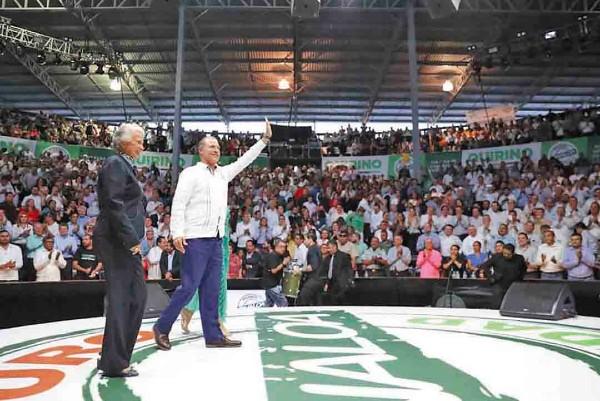NUTRIDO. Miles escucharon el informe del gobernador en el Palenque de la Feria Ganadera. Foto: Especial