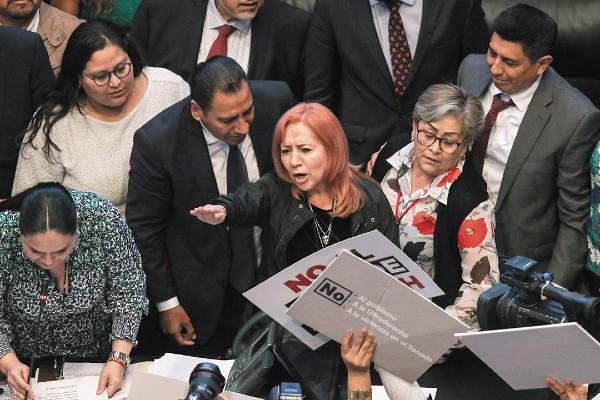 DIFÍCIL. Rosario Piedra rindió protesta entre empujones y gritos de legisladores. Foto: Cuartoscuro