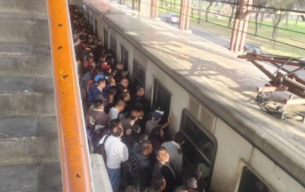 Usuarios de la Línea A reportan que está prácticamente detenida. FOTO: Twitter