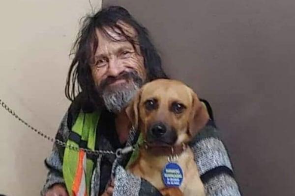 """""""Es el único amigo que tengo""""; indigente llora la muerte de su perrito atropellado: FOTOS"""