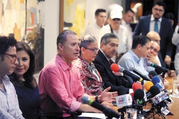 APOYO. En conferencia, Quirino Ordaz Coppel y diputados hablaron de la enmienda. Foto: Especial.