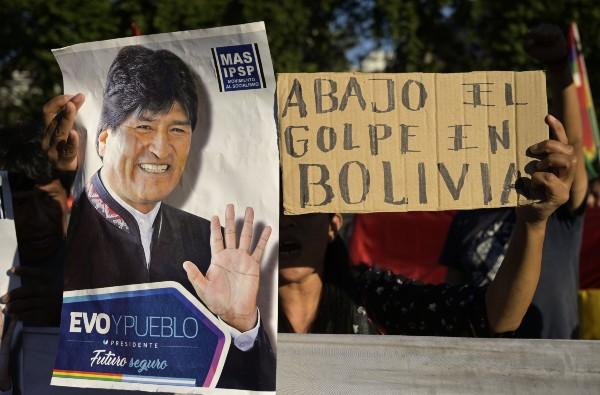 RECLAMO. Seguidores de Morales protestaron ayer frente a la embajada de EU en Buenos Aires. 32 personas han muerto. Foto: EFE