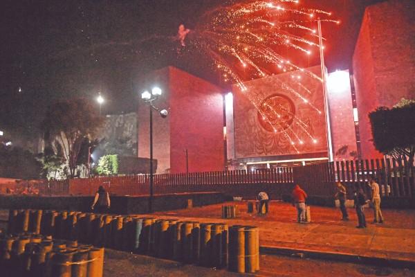 Tras la aprobación del Proyecto de Egresos de la Federación (PEF) 2020, habitantes del municipio mexiquense de Tultepec acudieron a las inmediaciones de la Cámara de Diputados. Foto: Nayeli Cruz
