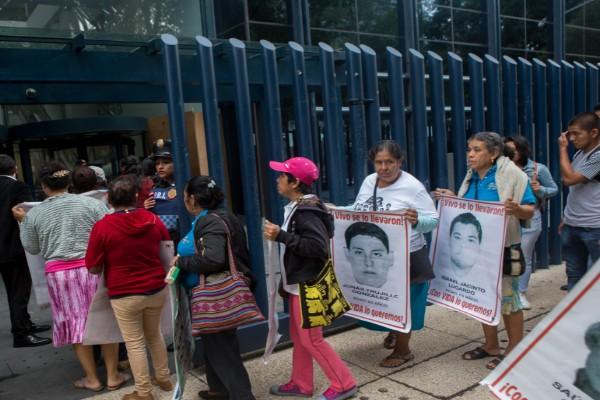 comite_ayotzinapa_activista_condena_arnulfo_ceron