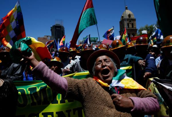 APOYO. Seguidores del expresidente Evo Morales marcharon ayer en La Paz. Foto: AP