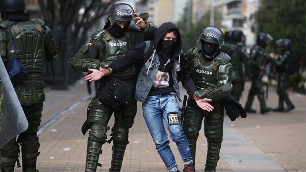 DESMANES. Policías y soldados mantienen un operativo conjunto en Bogotá. Foto: REUTERS