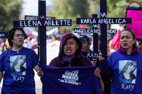Manifestación contra la violencia a las mujeres demuestra su musculo