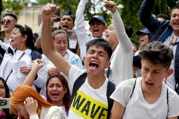 ENOJO. Jóvenes marchan por agresión a un compañero. Foto: AP
