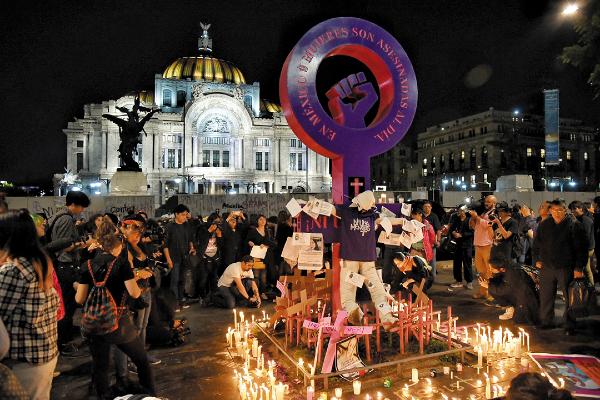 UNA LUZ IN MEMORIAM. En la Antimonumenta se colocaron veladoras y cruces a manera de ofrenda, para recordar a las víctimas. Foto: Daniel Ojeda