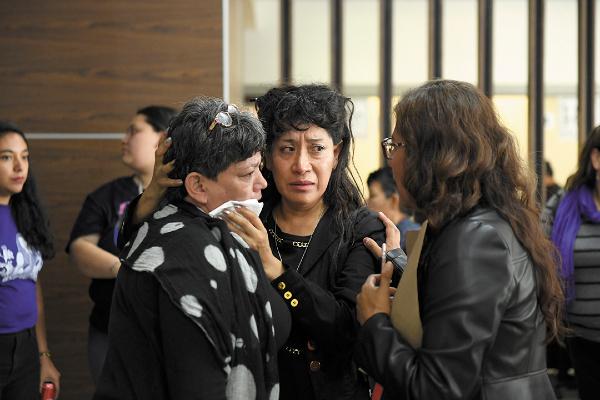 CONTRA EL OLVIDO. Araceli Osorio, madre de Lesvy (centro), llamó a mantener la exigencia de justicia. Foto: Leslie Pérez