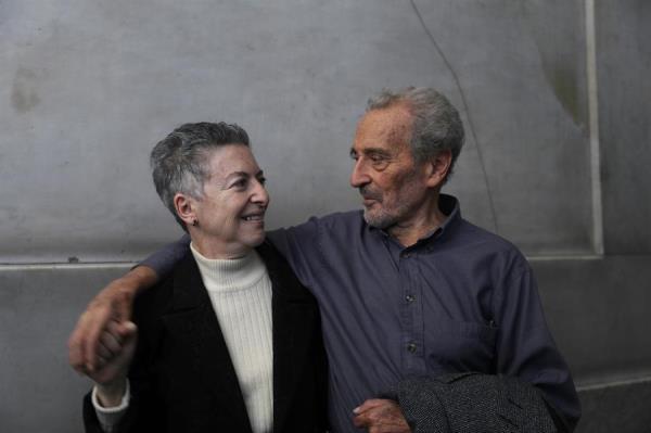 FESTEJO. La ensayista estuvo acompañada por el pintor Vicente Rojo y la escritora Elena Poniatowska. Foto: EFE