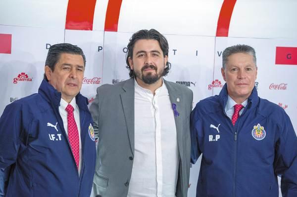 RETO. El director técnico, el presidente y el director deportivo se mostraron unidos por Chivas. Foto: Mexsport.