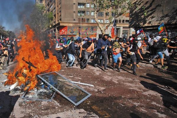 SIN TREGUA. Los enfrentamientos no cesan en la capital de Chile. Foto: AFP