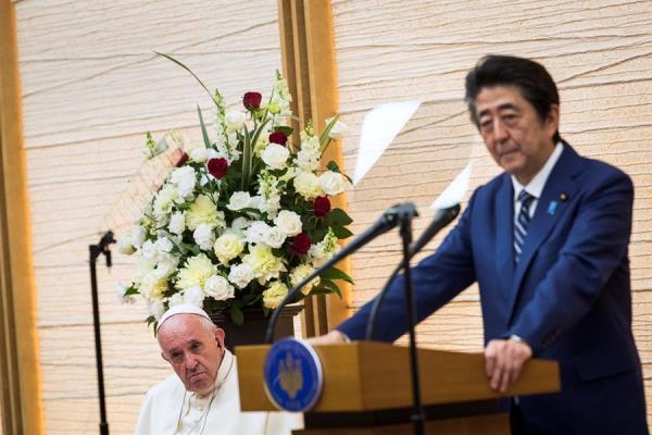 El Primer ministro japonés, Shinzo Abe, ofrece un discurso ante el Papa Francisco el pasado lunes. FOTO: EFE