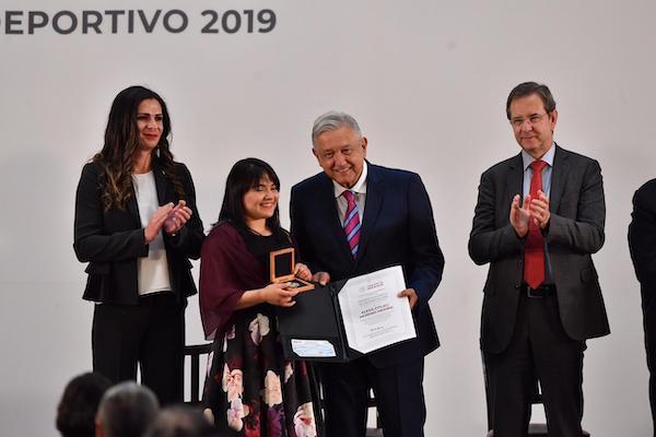 AMLo reconoce a deportistas mexicanos