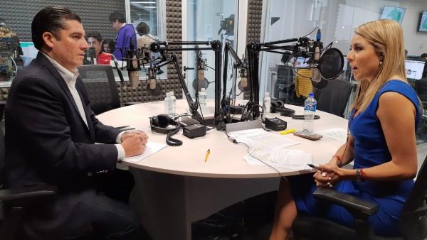 Edgardo Flores Campbell en la cabina de El Heraldo Radio FOTO: ESPECIAL