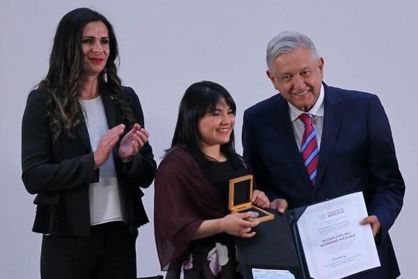 ÉLITE. Ana Guevara, Alexa Moreno, Andrés Manuel López Obrador y Esteban Moctezuma. Foto: Notimex.