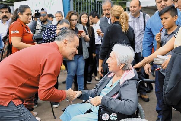 GIRA. El gobernador se reunió con vecinos de la colonia Amistad, en la capital de Sinaloa. Foto: Especial