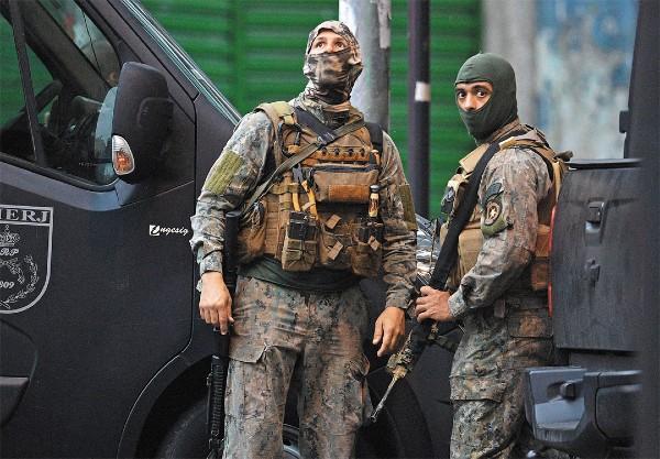 ACCIÓN. La policía ha estado haciendo operativos en favelas. Foto: AFP