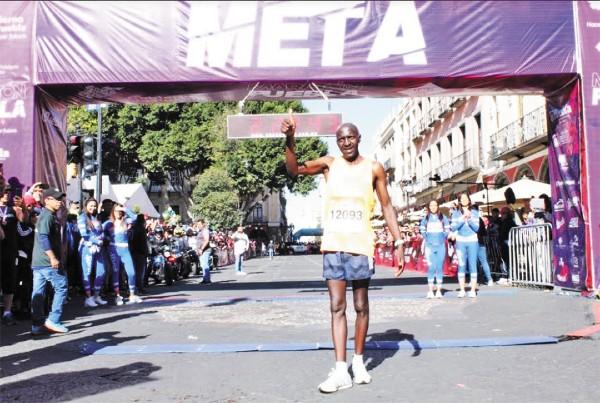 VICTORIA. Julius Kibet posó en la meta con su tiempo. Foto: Especial