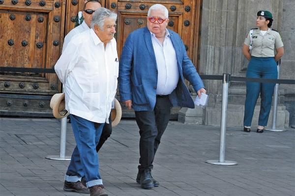 INSPIRACIÓN DE MUCHOS. El ex presidente de Uruguay José Mujica (de blanco) llegó desde temprano a la plancha del Zócalo. Fue el único invitado de otro país. Foto: Especial INSPIRACIÓN DE MUCHOS. El ex presidente de Uruguay José Mujica (de blanco) llegó desde temprano a la plancha del Zócalo. Fue el único invitado de otro país. Foto: Especial