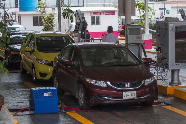 A partir del 2 de julio del 2018 operan 57 Centro de Verificación Vehicular en la Ciudad de México, para certificar los casi cinco millones de vehículos registrados en la capital del país.  FOTO: ISAAC ESQUIVEL /CUARTOSCURO.COM