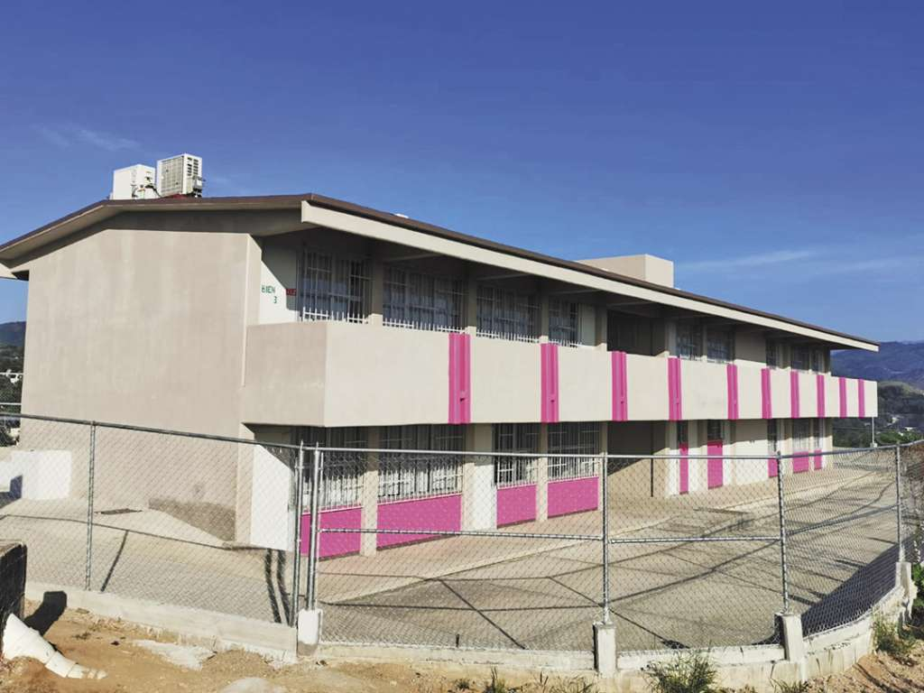 AULAS, PRIORIDAD. El gobernador inauguró la primaria Juan Escutia, que fue reconstruida totalmente. Foto: Especial