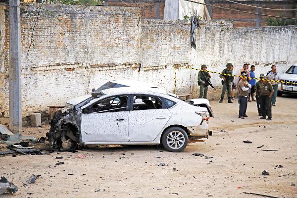 TERROR. En abril, un grupo criminal explotó un auto frente a una comandancia rural en Acapulco. Foto: Cuartoscuro