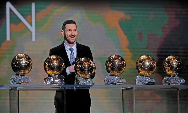 FELICIDAD. Lionel Messi posa con los trofeos de 2009, 2010, 2011, 2012, 2015 y 2019. Foto: AP
