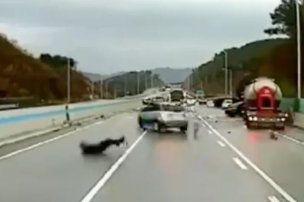 ¡Por poquito! Hombre se salva de ser atropellado en carretera por 4 veces: VIDEO