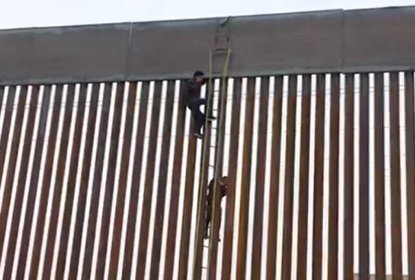 coyotes cruzan frontera escalera circo ilegal migracion frontera baja california