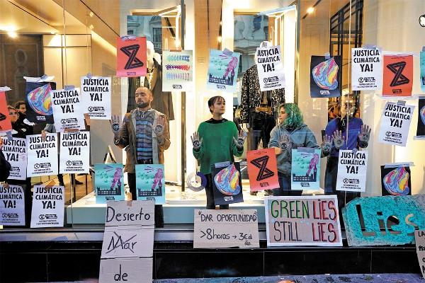 MADRID. Una ONG protestó afuera de la cumbre ambiental que se celebra en España. Foto: Reuters