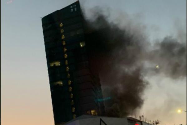 Incendio en comercio de plaza Fashion Drive en San Pedro, Nuevo León