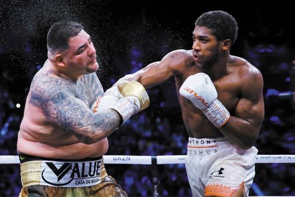 DOMINADO. El nuevo campeón aprovechó, y con golpes precisos aplacó al azteca. Foto: REUTERS