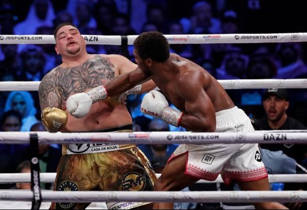 PEGADA. El campeón inglés mantuvo alejado a Ruiz con su gran alcance. Foto: AP