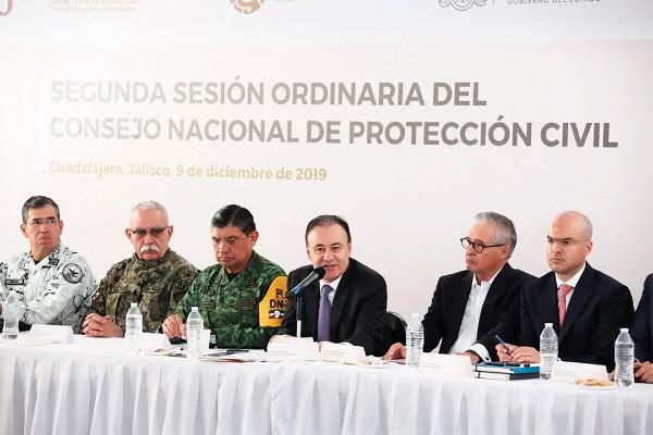 HONROSO. Alfonso Durazo y autoridades de Marina y Sedena reconocieron a miembros de las fuerzas armadas. Foto: Especial