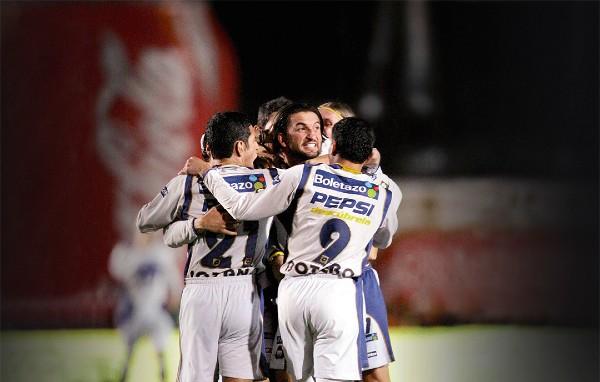 ÉXITO. Así abrazaron a Francisco Fonseca, tras el gol que selló el título. Foto: Mexsport