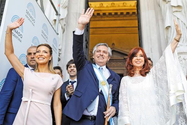 FELICES. El presidente Fernández,  junto a su esposa, y la vicepresidenta Cristina Fernández. Foto: Reuters