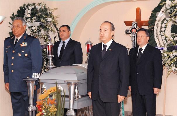 CÍRCULO CERCANO. Genaro García Luna, Felipe Calderón y Eduardo Medina Mora hacen guardia a un general abatido en Cancún, en 2009. Foto: Reuters