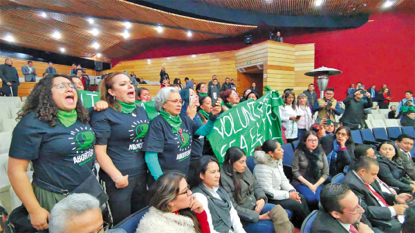 RECLAMO. Grupos a favor entraron al recinto. Foto: José Ríos
